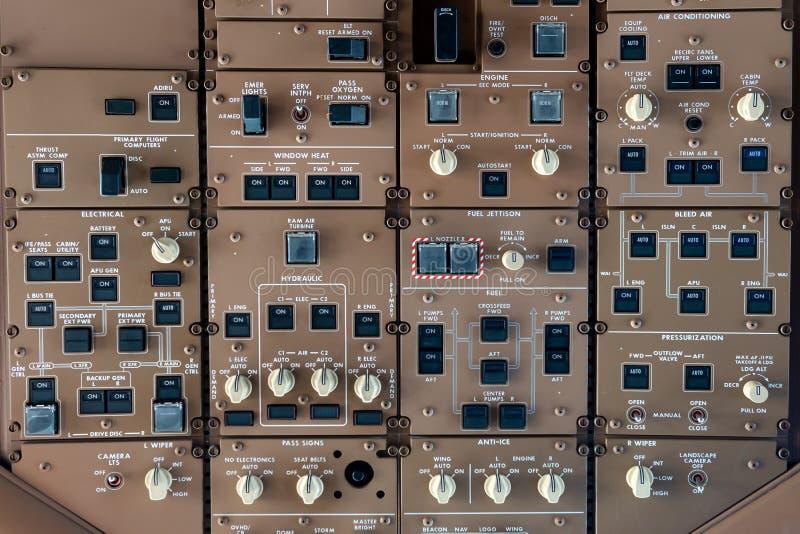 Ручки и кнопки пульта управления в плоскости большой реактивный самолет стоковое изображение rf