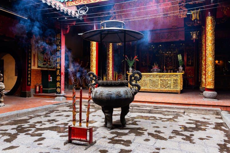 Ручки ладана в большой вазе и большие ручки ладана на переднем плане в пагоде Bon Ong, Cho Lon Хошимине, Вьетнаме стоковое изображение rf