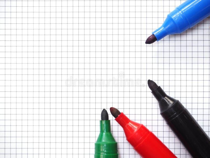 Ручки отметки на предпосылке миллиметровки Взгляд сверху стоковое фото rf