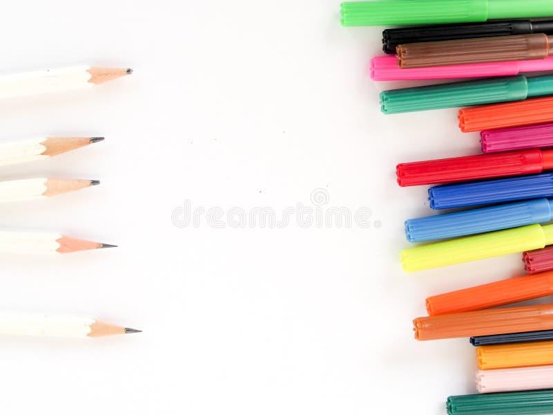 Ручки цвета выровнянные вверх с белыми карандашами стоковые изображения