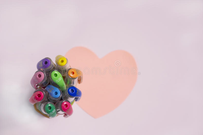 Ручки цвета с бумагой сердца стоковое фото