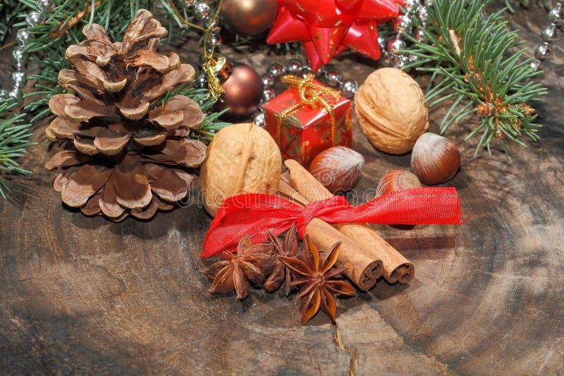 Ручки циннамона, анисовка звезды, гайки, украшение рождества стоковое изображение rf