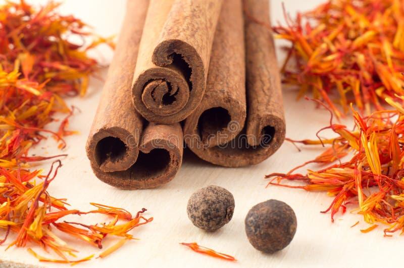 Ручки циннамона, ароматичный шафран и пимент стоковые фото