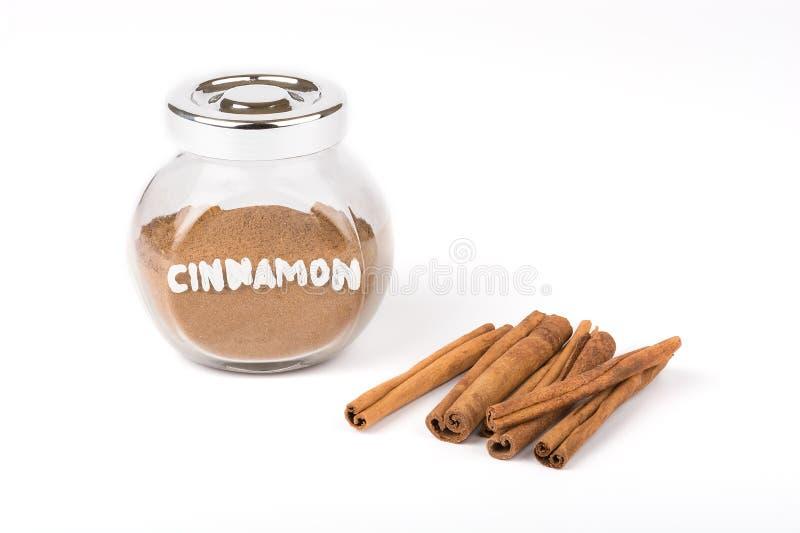 Ручки циннамона и стеклянной тары изолировано стоковые фото