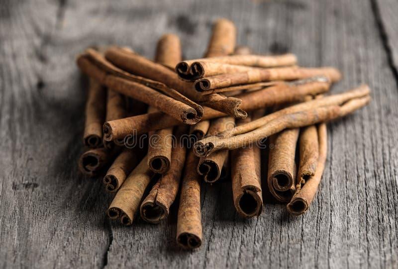 Ручки циннамона на древесине стоковое изображение rf
