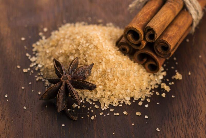 Ручки циннамона с чисто желтым сахарным песком тросточки стоковое изображение
