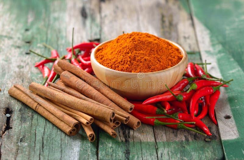 Ручки циннамона chili и турмерин на деревянном стоковые фото