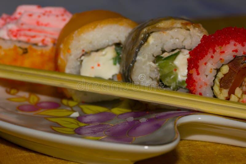 Ручки японской кухни и еды на плите на деревянной планке стоковые фото