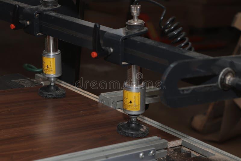 Ручная добавка частей мебели сделанных из материала плиты стоковая фотография rf