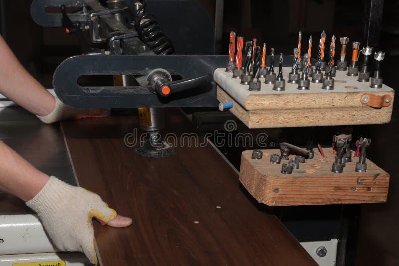 Ручная добавка частей мебели сделанных из материала плиты стоковое фото