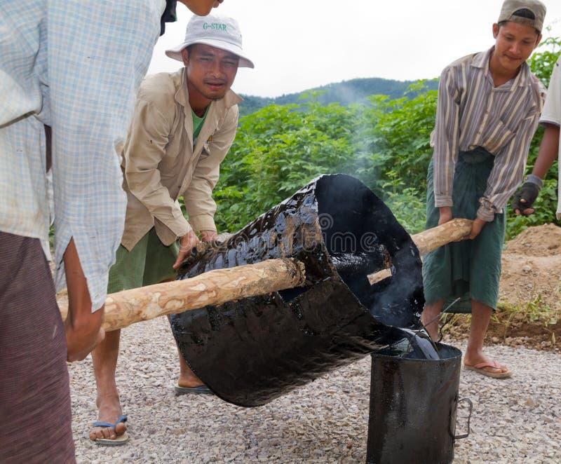 Ручная работа строительства дорог в Бирме стоковые фотографии rf
