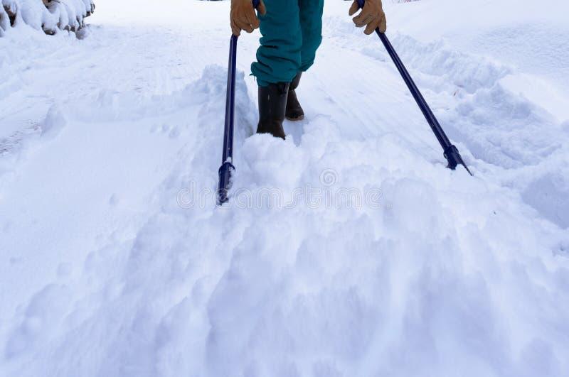Ручное удаление снега с ветроуловителем снега после вьюги стоковая фотография