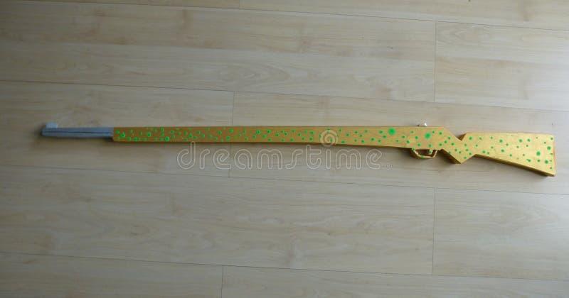 Ручной работы и рука покрасил деревянную винтовку игрушки стоковые фото