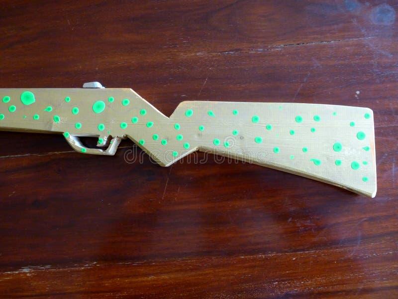 Ручной работы и рука покрасил деревянную винтовку игрушки стоковое фото rf
