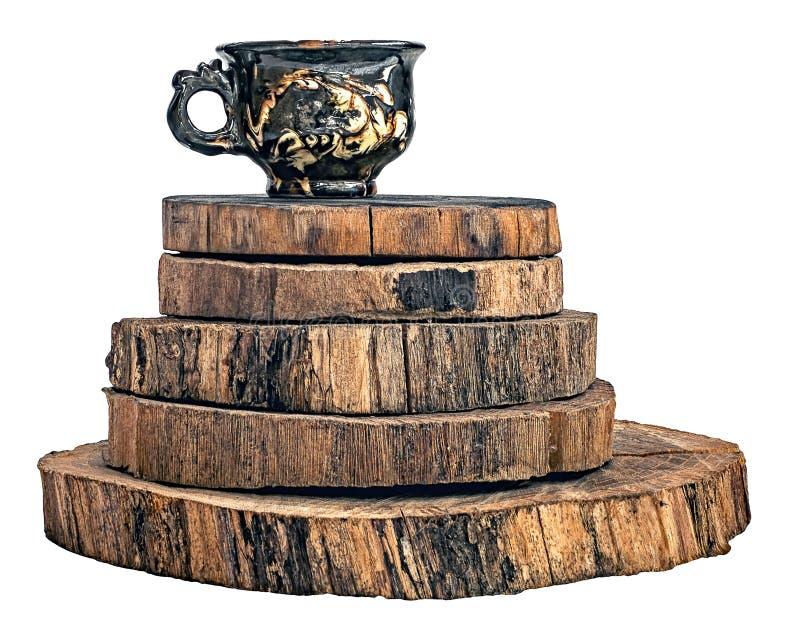 Ручной работы керамическая чашка на кольцах ствола дерева стоковое изображение