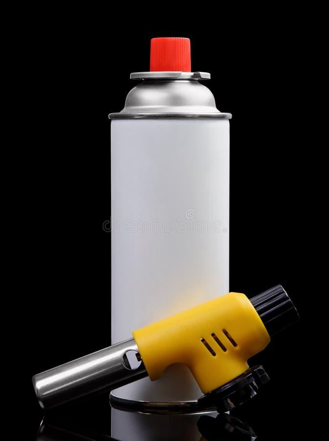 Ручные горелка факела газа и баллончик газа на черноте стоковое изображение