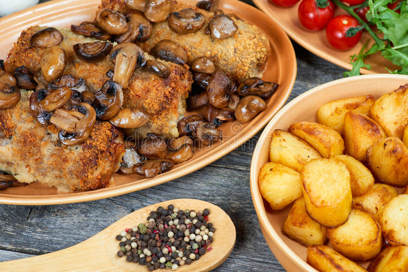 Рулада свинины с зажаренными в духовке грибами и картошками стоковое изображение rf