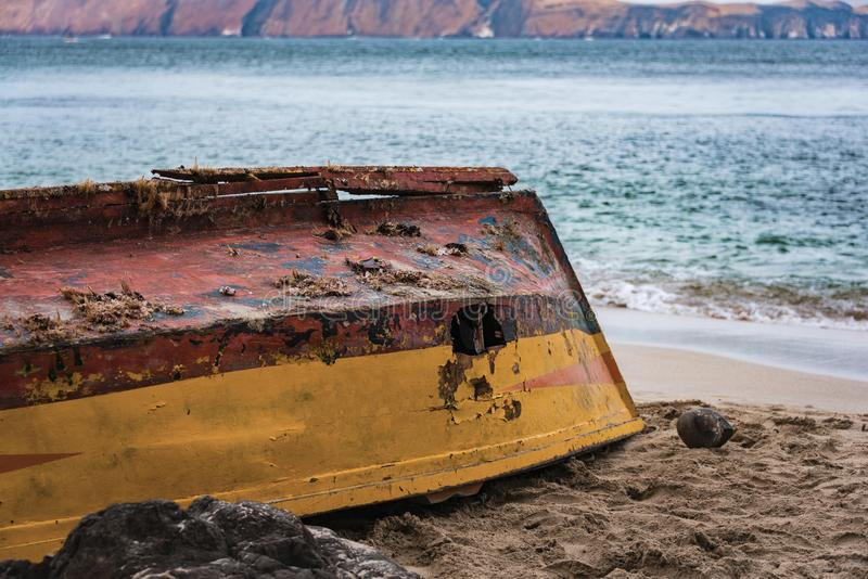 Рыбацкая лодка вышла на пляж в Paracas, Перу стоковое фото rf