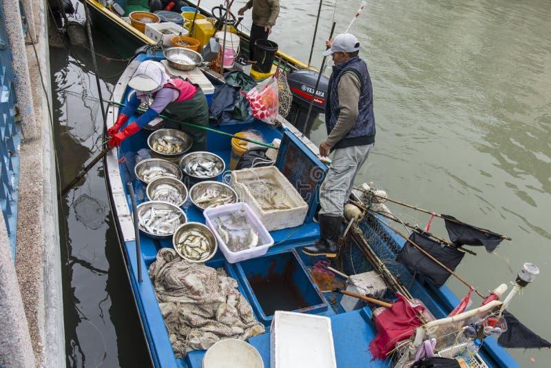 Рыбацкая лодка в деревне Tai o стоковая фотография