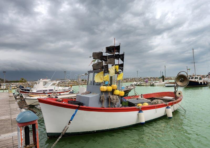 Рыбацкая лодка в порте - Лигурия Италия стоковое изображение rf
