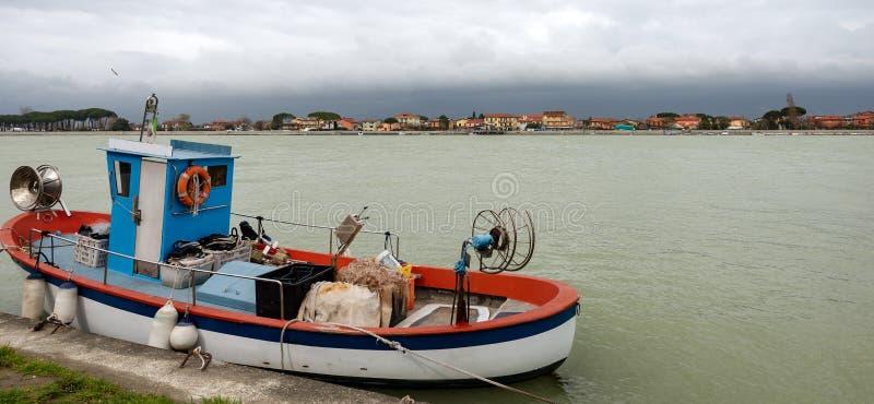Рыбацкая лодка в реке Magra - Италии стоковое фото rf