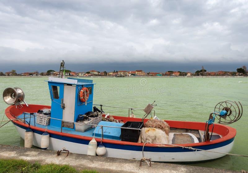 Рыбацкая лодка в реке Magra - Италии стоковые изображения rf