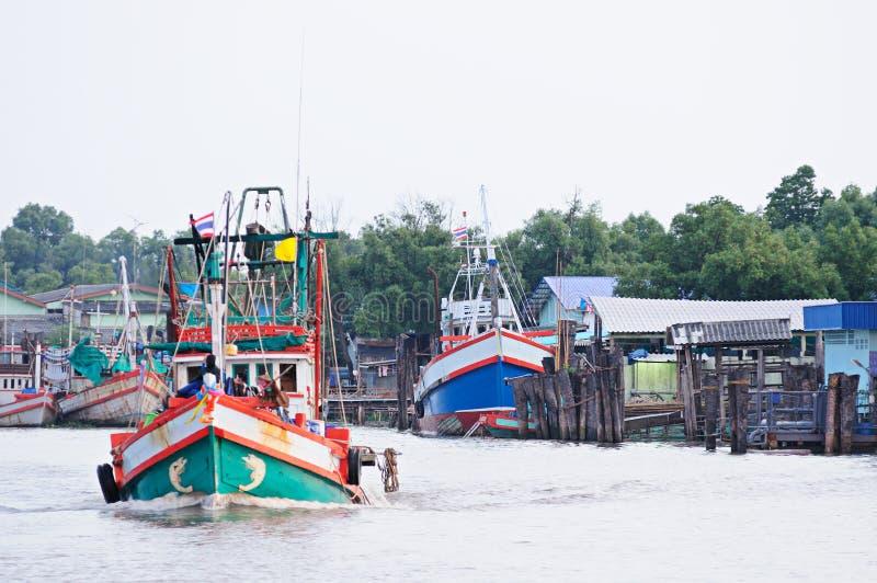 Рыбацкая лодка в brackish chanel воды соединяется к морю стоковые фото