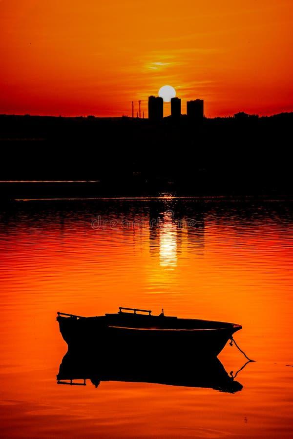 Рыбацкая лодка и заход солнца в Анкаре стоковое фото rf