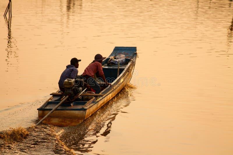 Рыбацкая лодка над морем на заходе солнца стоковое изображение rf