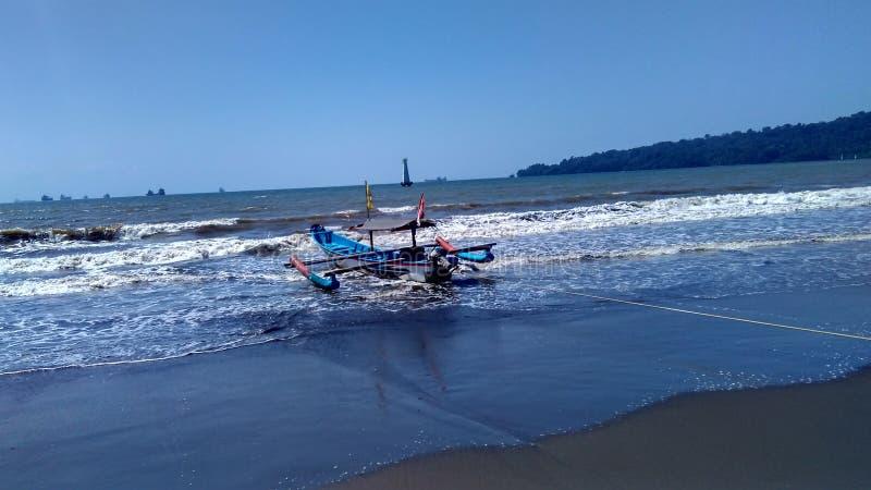 Рыбацкая лодка на крае пляжа стоковая фотография