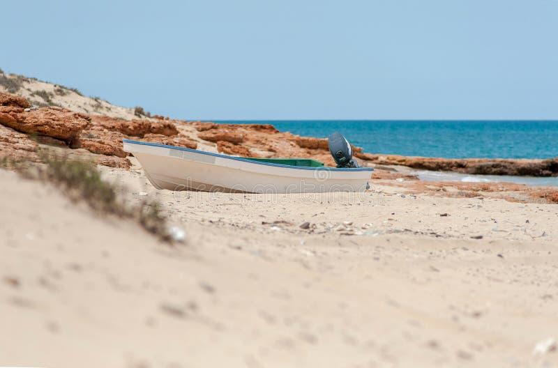 Рыбацкая лодка на пляже Оманский залив, арабское море, Оман, Азия стоковые фото