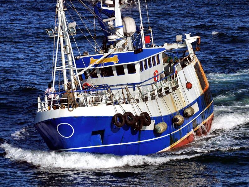 Рыбацкая лодка на скорости стоковые изображения rf