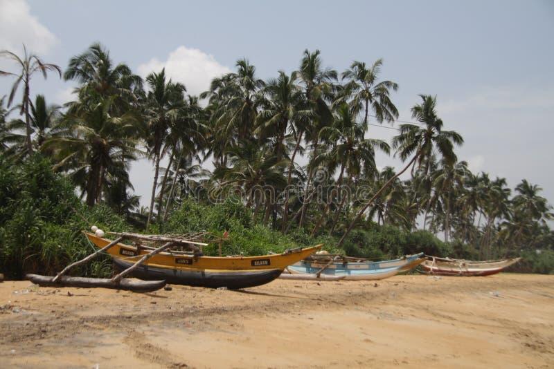 Рыбацкая лодка пляжем стоковые изображения
