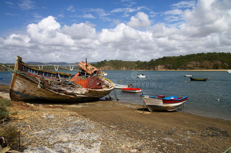 Рыбацкая лодка разрушила в скалистый берег стоковые изображения