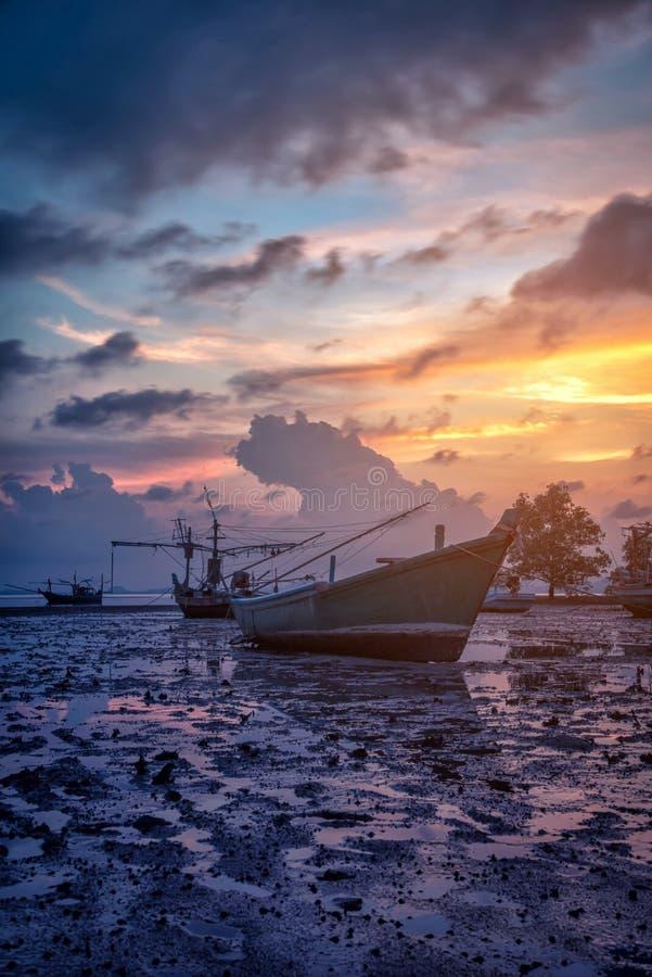 Рыбацкая лодка силуэтов и дерево на времени захода солнца, Пхукет стоковые фото