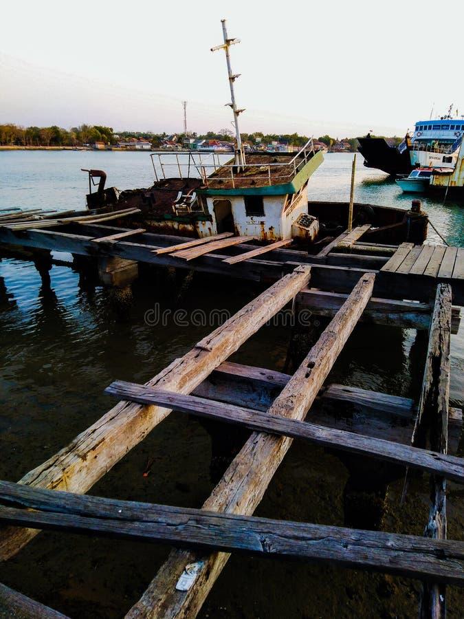 Рыбацкая лодка сломленна стоковая фотография rf