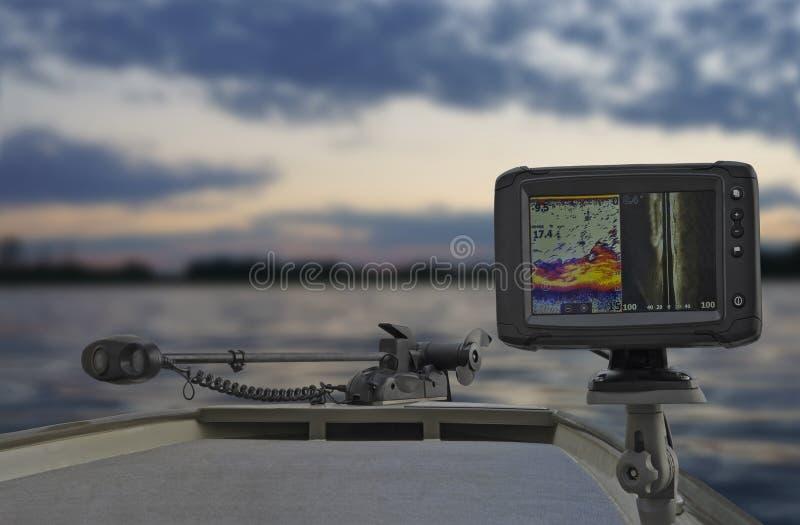 Рыбацкая лодка с scaner искателя, echolot, звуколокации и структуры рыб на борту стоковая фотография