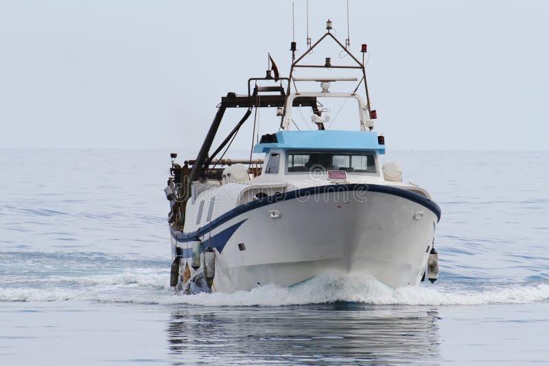 Рыбацкая лодка траулера причаливая для того чтобы перенести стоковое изображение rf
