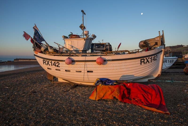 Рыбацкая лодка Hastings на зоре стоковые фотографии rf