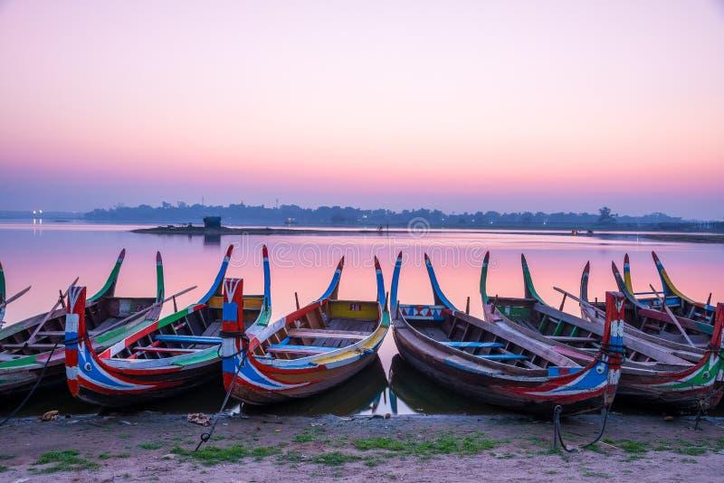 Рыбацкая лодка в восходе солнца на мосте u Bein, Мандалае, Мьянме стоковые изображения rf
