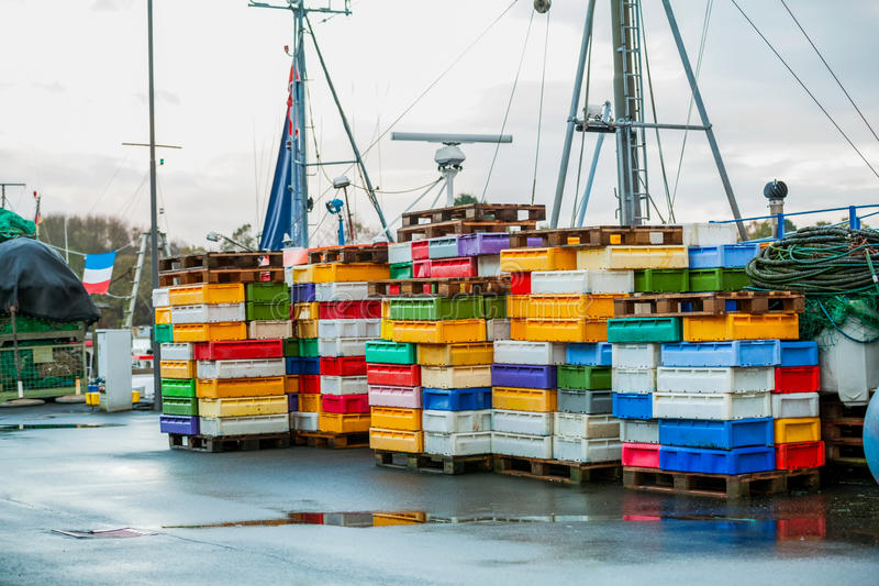 Download Рыбацкая лодка в гавани стоковое изображение. изображение насчитывающей дезертировано - 37930455