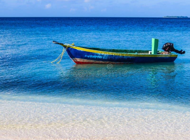 Рыбацкая лодка в Мальдивах стоковое изображение