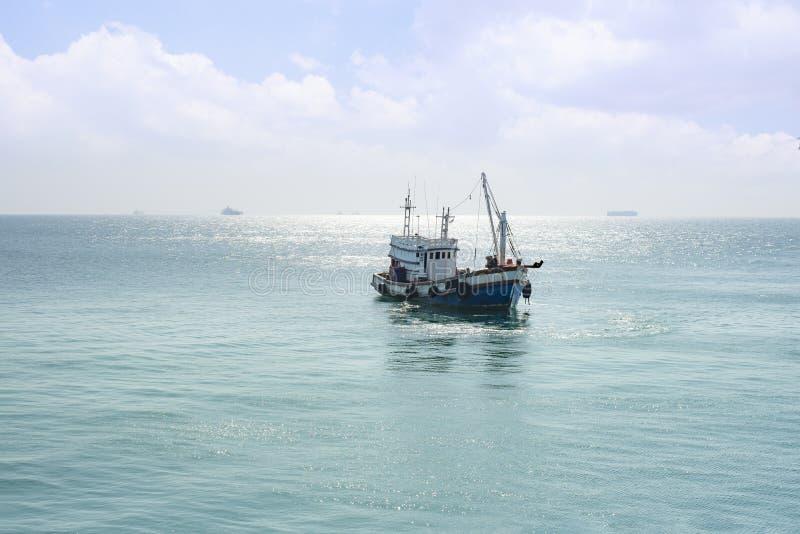 Рыбацкая лодка в море стоковые фото