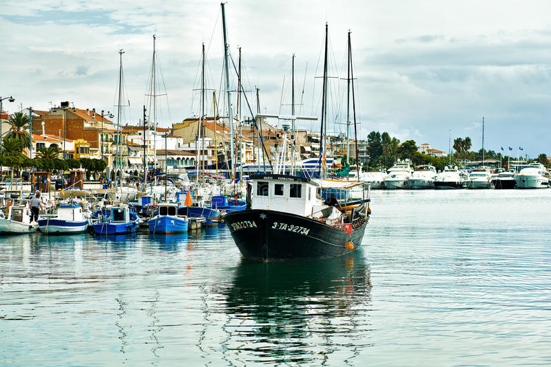 Рыбацкая лодка в порте Cambrils, Косты Dorada, Испании стоковое изображение rf