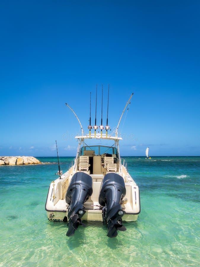 Рыбацкая лодка глубокого моря готовая для того чтобы курсировать стоковая фотография