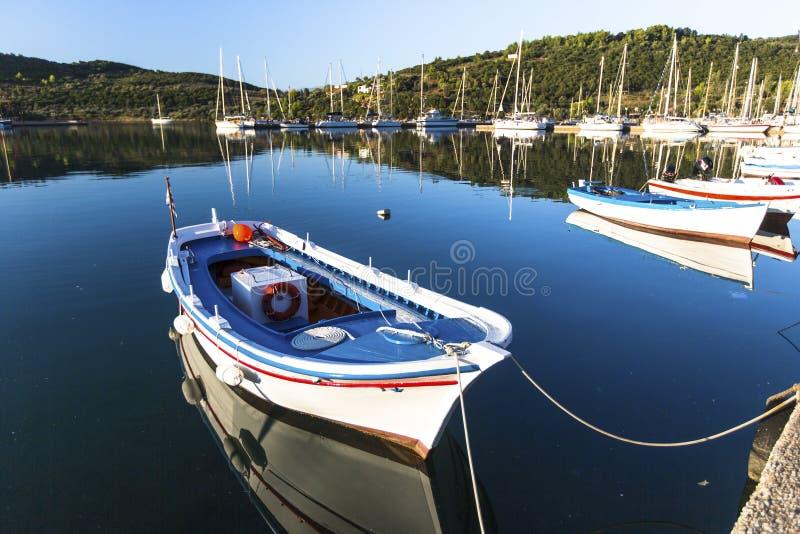 Рыбацкая лодка на береге красивой греческой лагуны Природа стоковые изображения