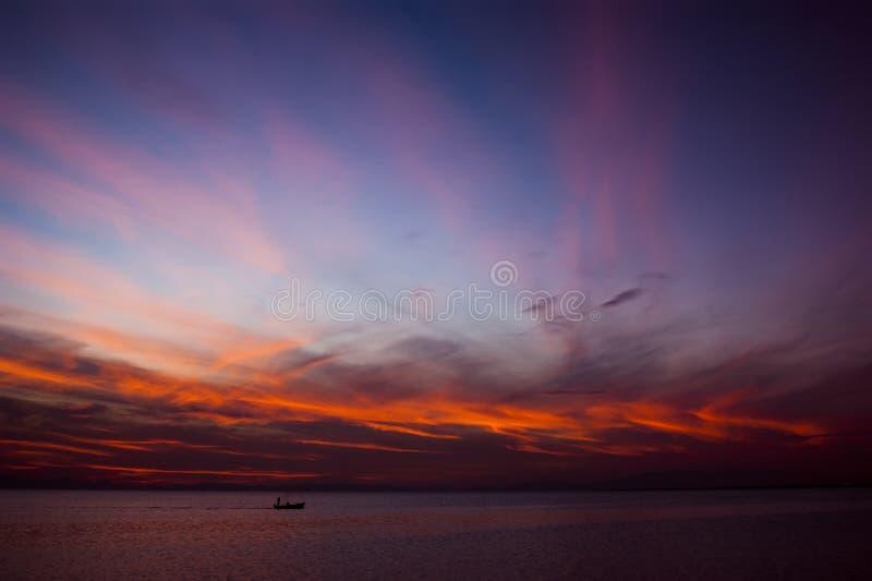 Рыбацкая лодка на горизонте стоковая фотография rf