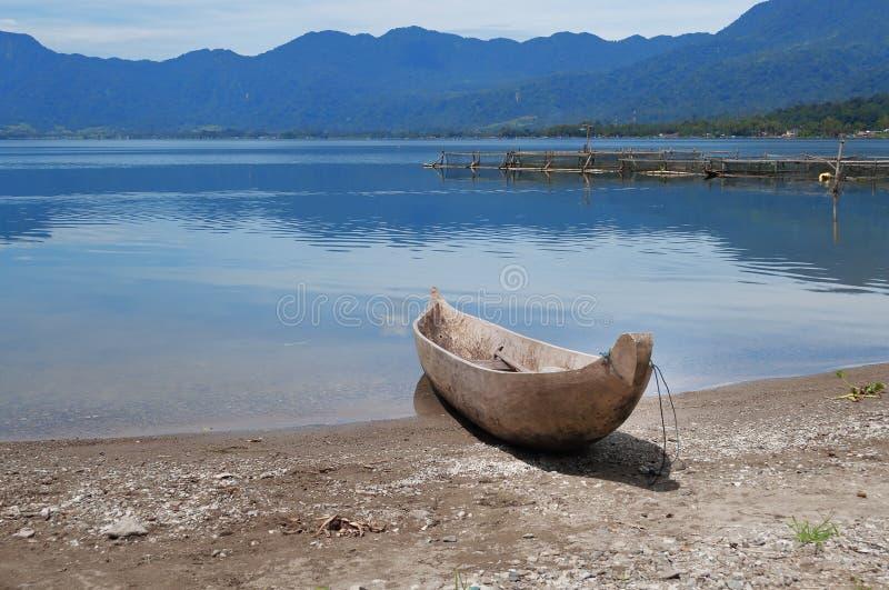 Рыбацкая лодка на озере Maninjau (Danau Maninjau) стоковые фотографии rf