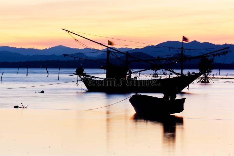 Парк рыбацкой лодки на пляже стоковые изображения rf
