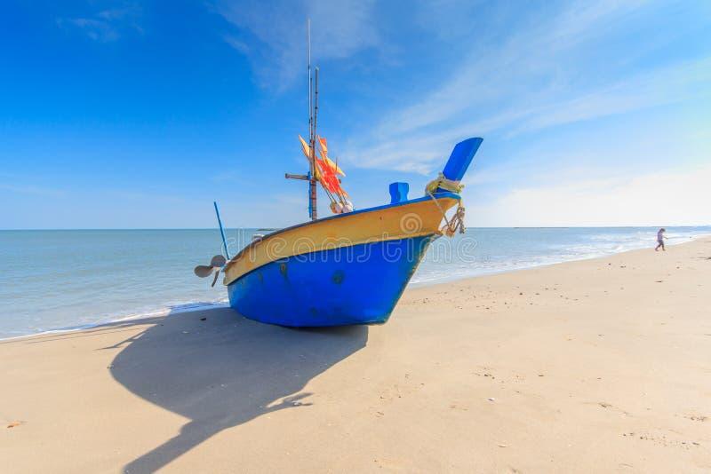 Рыбацкая лодка на пляже с предпосылкой голубого неба в Таиланде стоковые изображения rf